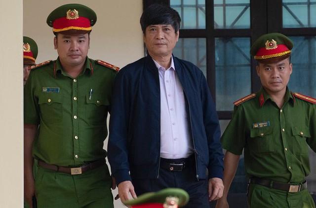 Ông Nguyễn Thanh Hóa phải đi bệnh viện - Ảnh 4.