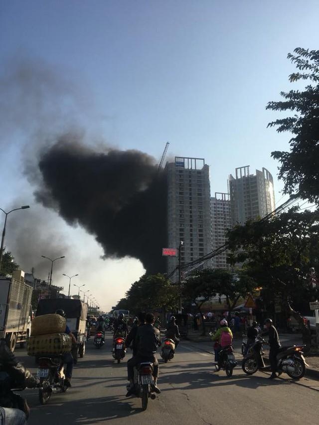 Hà Nội: Cháy lớn ở khu chung cư đang xây dựng, cột khói đen hàng chục mét khiến người đi đường hoảng sợ - Ảnh 1.