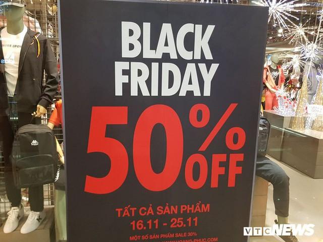 Mệt mỏi khi đi mua sắm ngày Black Friday, thượng đế phải chờ cả tiếng mới đến lượt thử đồ - Ảnh 1.