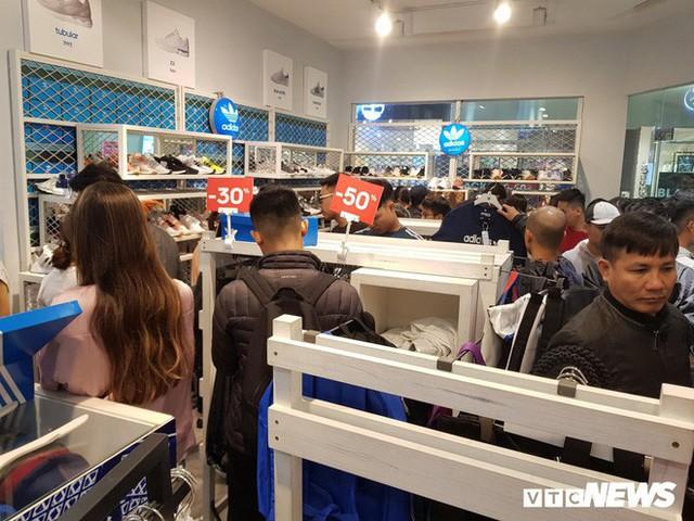Mệt mỏi khi đi mua sắm ngày Black Friday, thượng đế phải chờ cả tiếng mới đến lượt thử đồ - Ảnh 5.