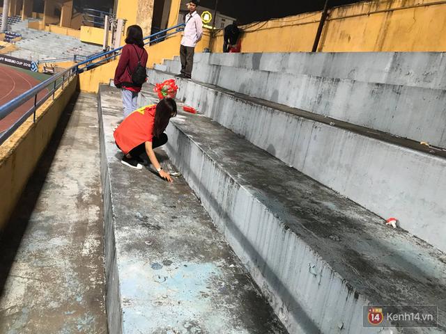 Vui chiến thắng không quên ở sạch: CĐV Việt Nam ở lại sân Hàng Đẫy dọn rác sau trận đấu với Campuchia - Ảnh 1.