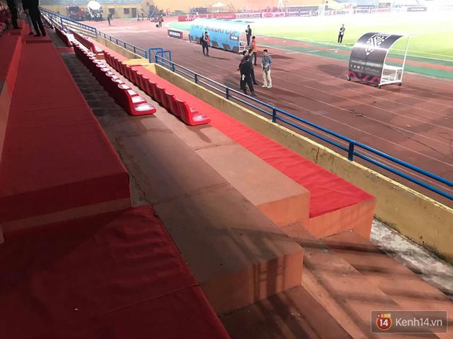 Vui chiến thắng không quên ở sạch: CĐV Việt Nam ở lại sân Hàng Đẫy dọn rác sau trận đấu với Campuchia - Ảnh 2.