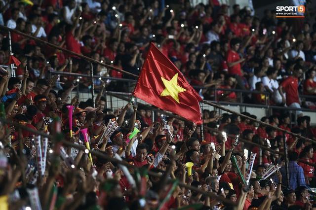 Không phải hô Việt Nam vô địch, đây mới là lời nhắn nhủ cuối cùng của CĐV Việt Nam trong ngày chia tay sân Hàng Đẫy - Ảnh 1.