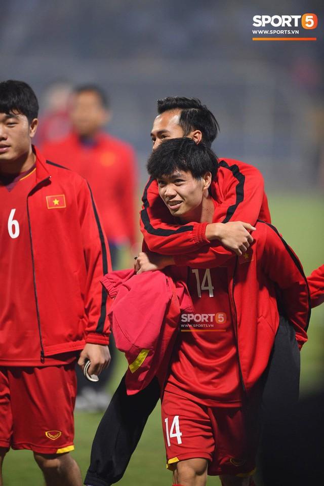 Không phải hô Việt Nam vô địch, đây mới là lời nhắn nhủ cuối cùng của CĐV Việt Nam trong ngày chia tay sân Hàng Đẫy - Ảnh 2.