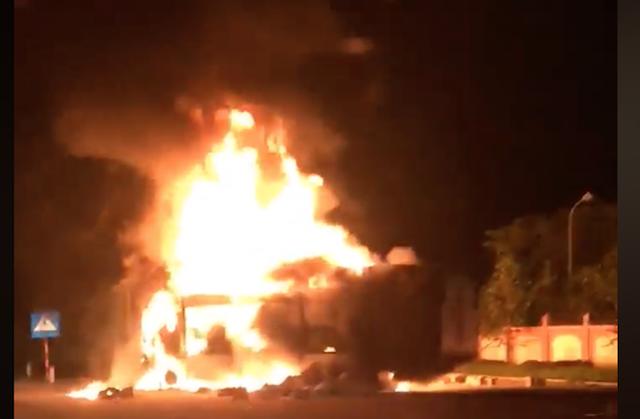 Bị đưa xe về cân tải trọng, xe đầu kéo bất ngờ bốc cháy trơ khung trước trạm CSGT - Ảnh 1.