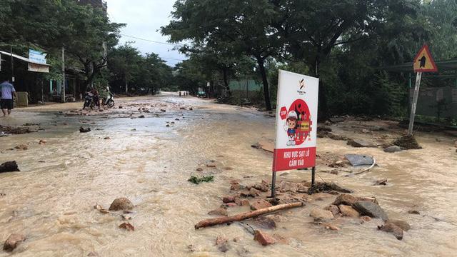 Đường ở Nha Trang biến thành suối, đá tảng lăn đầy đường - Ảnh 1.