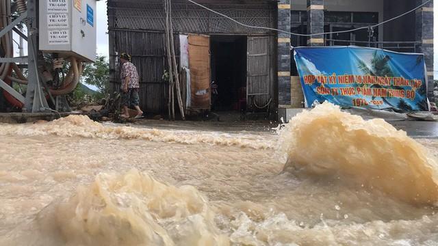 Đường ở Nha Trang biến thành suối, đá tảng lăn đầy đường - Ảnh 2.