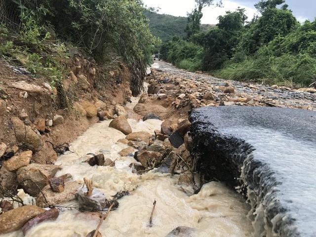 Đường ở Nha Trang biến thành suối, đá tảng lăn đầy đường - Ảnh 12.
