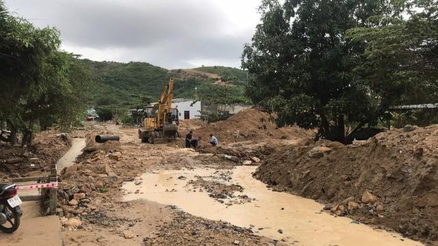Đường ở Nha Trang biến thành suối, đá tảng lăn đầy đường - Ảnh 13.
