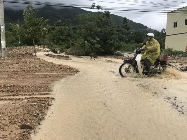 Đường ở Nha Trang biến thành suối, đá tảng lăn đầy đường - Ảnh 15.