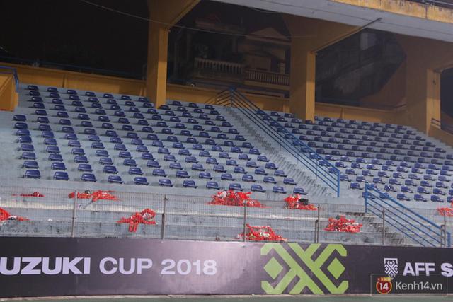 Vui chiến thắng không quên ở sạch: CĐV Việt Nam ở lại sân Hàng Đẫy dọn rác sau trận đấu với Campuchia - Ảnh 3.