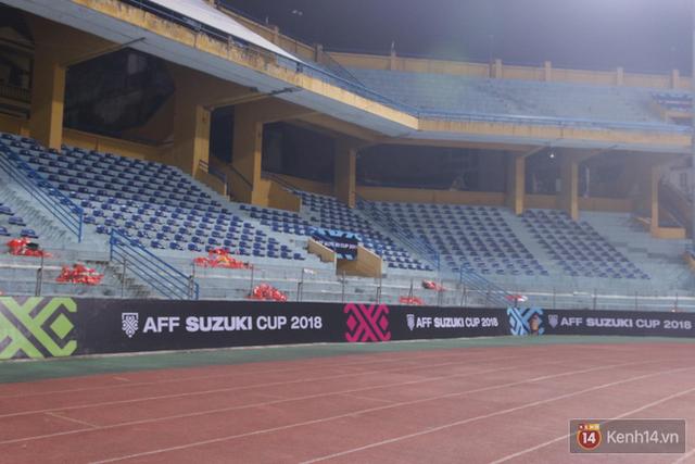 Vui chiến thắng không quên ở sạch: CĐV Việt Nam ở lại sân Hàng Đẫy dọn rác sau trận đấu với Campuchia - Ảnh 4.