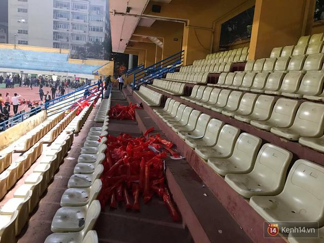 Vui chiến thắng không quên ở sạch: CĐV Việt Nam ở lại sân Hàng Đẫy dọn rác sau trận đấu với Campuchia - Ảnh 5.