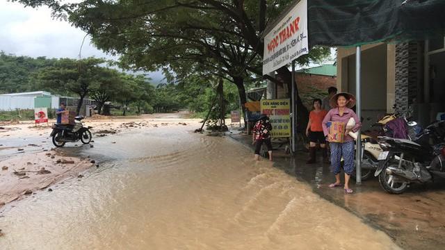 Đường ở Nha Trang biến thành suối, đá tảng lăn đầy đường - Ảnh 6.