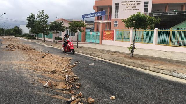 Đường ở Nha Trang biến thành suối, đá tảng lăn đầy đường - Ảnh 8.