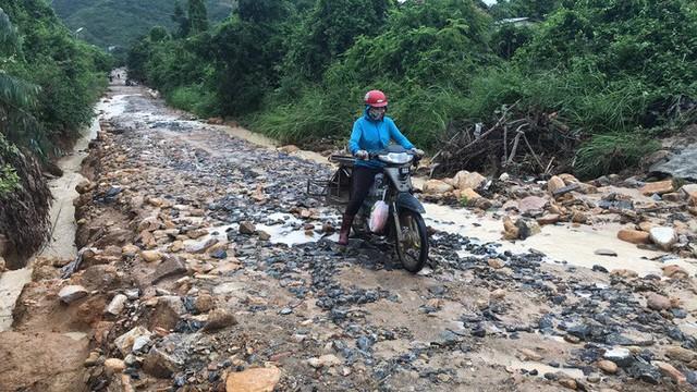 Đường ở Nha Trang biến thành suối, đá tảng lăn đầy đường - Ảnh 11.