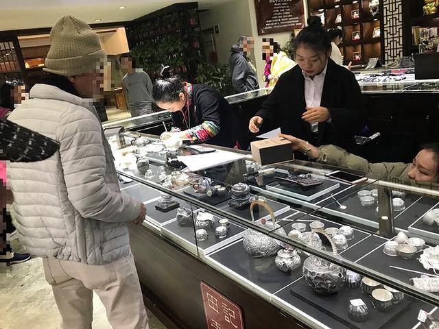 Du khách Việt bạo tay mua sắm ở nước ngoài - Ảnh 1.