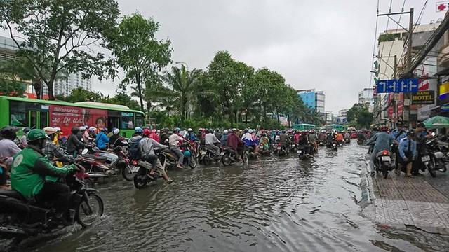 Sáng đầu tuần sau bão số 9 Sài Gòn vẫn ngập nặng, nhiều nơi kẹt xe suốt 3 giờ - Ảnh 2.