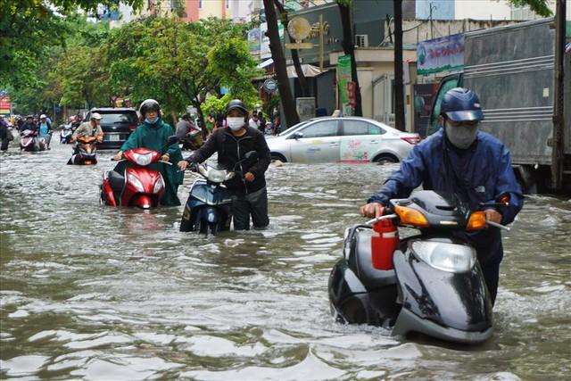 Đường Sài Gòn ngập như sông: Lexus chết trân, tàu bè băng băng vượt nước - Ảnh 1.
