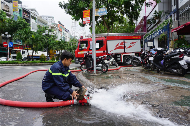 Hàng loạt hầm để xe ở Sài Gòn thành hầm chứa nước sau trận mưa lịch sử - Ảnh 1.