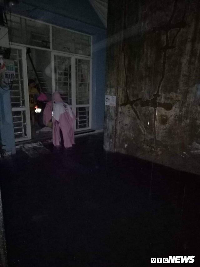 Ảnh: Mưa ngập diện rộng, dân TP.HCM trắng đêm tát nước chống lụt - Ảnh 11.