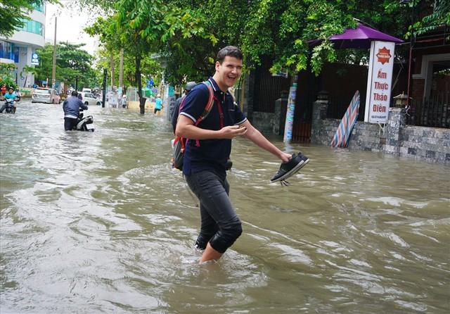 Đường Sài Gòn ngập như sông: Lexus chết trân, tàu bè băng băng vượt nước - Ảnh 11.