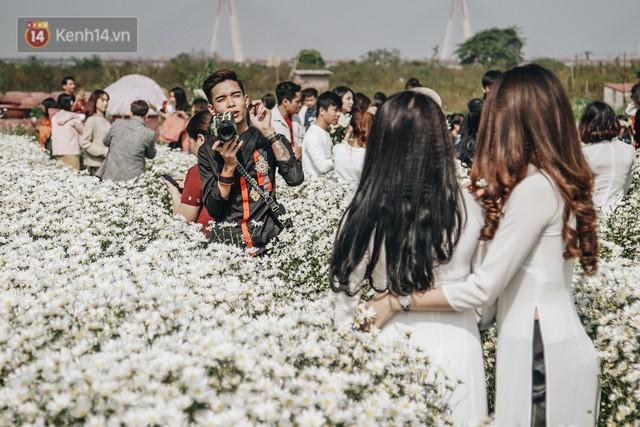Vườn cúc họa mi ở Hà Nội tiếp tục thất thủ: Đường vào tắc nghẽn, chụp một bức ảnh phải né bao nhiêu người - Ảnh 16.