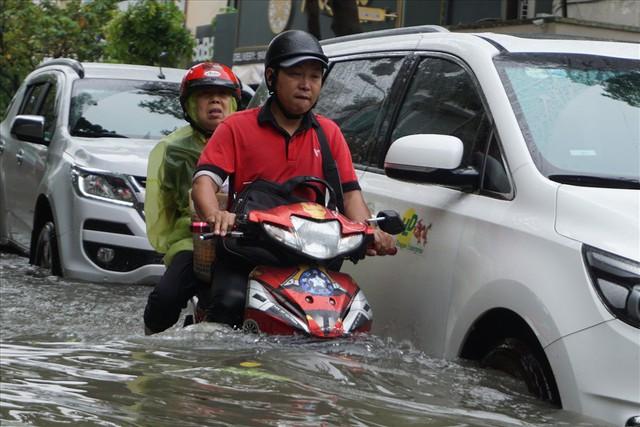 Đường Sài Gòn ngập như sông: Lexus chết trân, tàu bè băng băng vượt nước - Ảnh 18.