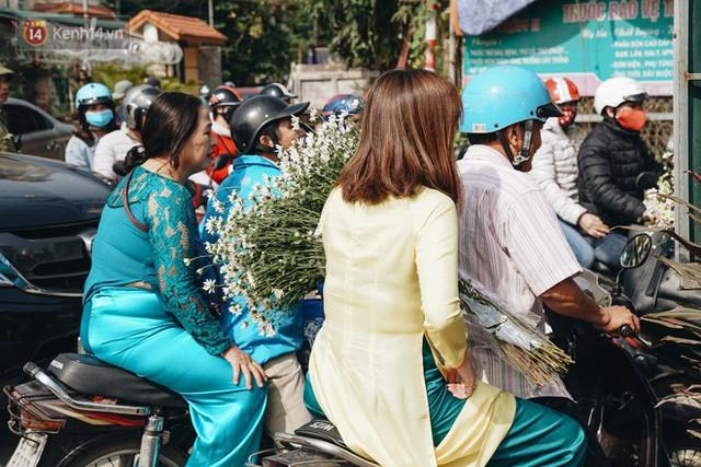 Vườn cúc họa mi ở Hà Nội tiếp tục thất thủ: Đường vào tắc nghẽn, chụp một bức ảnh phải né bao nhiêu người - Ảnh 4.