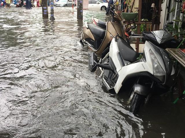 Sáng đầu tuần sau bão số 9 Sài Gòn vẫn ngập nặng, nhiều nơi kẹt xe suốt 3 giờ - Ảnh 3.