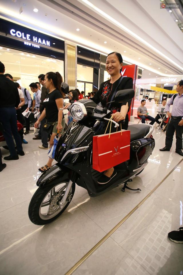Sau màn ra mắt ấn tượng tại Hà Nội, VinFast tiếp tục thu hút hàng nghìn người dân tới tham quan và đặt mua tại Sài Gòn - Ảnh 29.