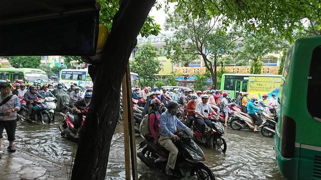 Sáng đầu tuần sau bão số 9 Sài Gòn vẫn ngập nặng, nhiều nơi kẹt xe suốt 3 giờ - Ảnh 4.