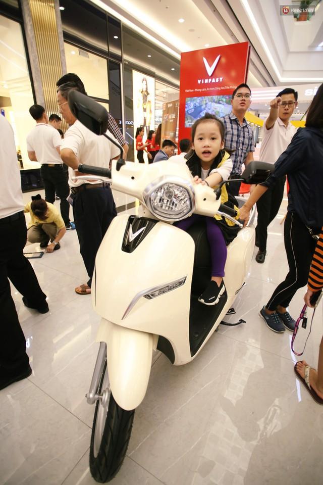 Sau màn ra mắt ấn tượng tại Hà Nội, VinFast tiếp tục thu hút hàng nghìn người dân tới tham quan và đặt mua tại Sài Gòn - Ảnh 31.