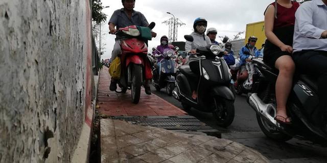 Sáng đầu tuần sau bão số 9 Sài Gòn vẫn ngập nặng, nhiều nơi kẹt xe suốt 3 giờ - Ảnh 6.