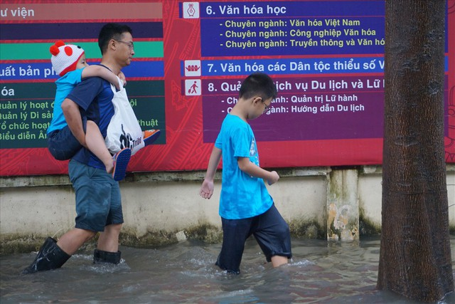 Đường Sài Gòn ngập như sông: Lexus chết trân, tàu bè băng băng vượt nước - Ảnh 6.
