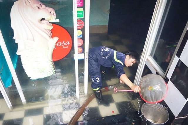 Hàng loạt hầm để xe ở Sài Gòn thành hầm chứa nước sau trận mưa lịch sử - Ảnh 6.