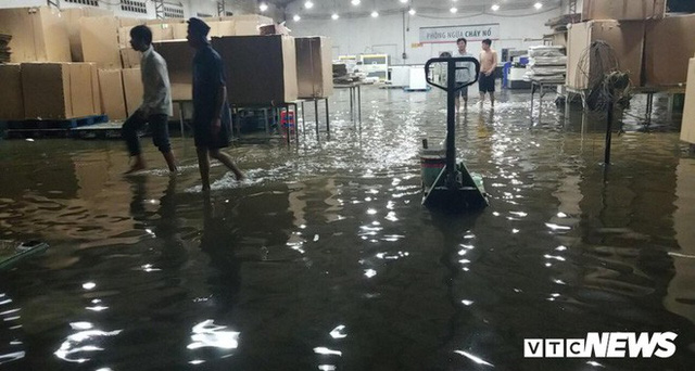 Ảnh: Mưa ngập diện rộng, dân TP.HCM trắng đêm tát nước chống lụt - Ảnh 7.