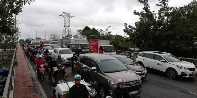 Sáng đầu tuần sau bão số 9 Sài Gòn vẫn ngập nặng, nhiều nơi kẹt xe suốt 3 giờ - Ảnh 7.