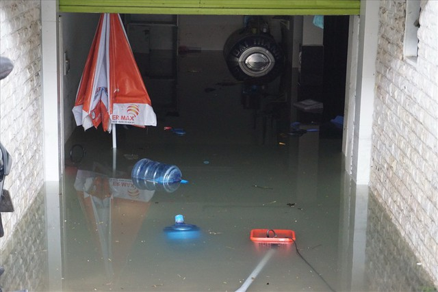 Hàng loạt hầm để xe ở Sài Gòn thành hầm chứa nước sau trận mưa lịch sử - Ảnh 7.