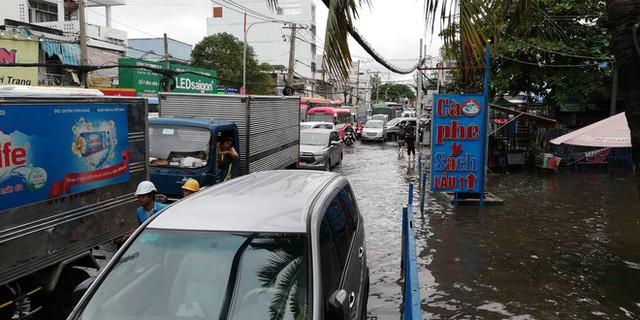 Sáng đầu tuần sau bão số 9 Sài Gòn vẫn ngập nặng, nhiều nơi kẹt xe suốt 3 giờ - Ảnh 8.