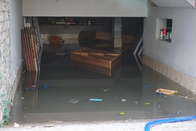 Hàng loạt hầm để xe ở Sài Gòn thành hầm chứa nước sau trận mưa lịch sử - Ảnh 8.