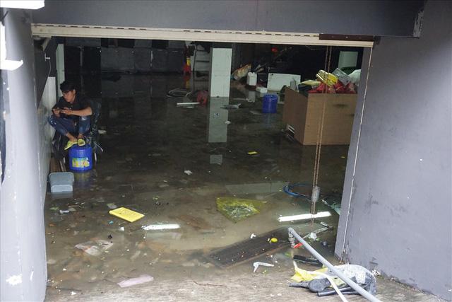 Hàng loạt hầm để xe ở Sài Gòn thành hầm chứa nước sau trận mưa lịch sử - Ảnh 9.