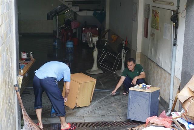 Hàng loạt hầm để xe ở Sài Gòn thành hầm chứa nước sau trận mưa lịch sử - Ảnh 10.
