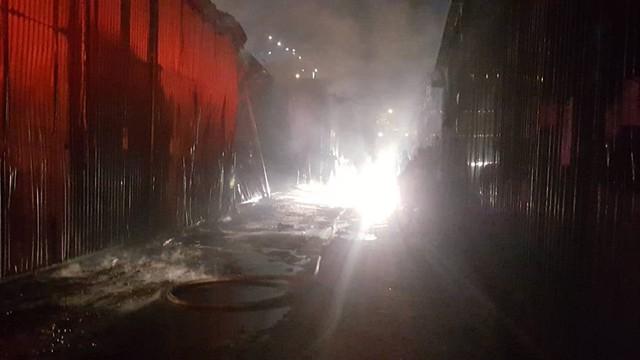 Hà Nội: Gara bốc cháy ngùn ngụt, thiêu rụi nhiều ô tô - Ảnh 2.