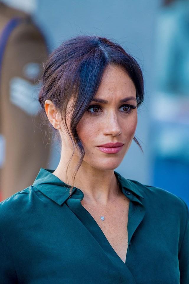 Tiết lộ mới gây sốc về việc Meghan đang nắm giữ điều bí mật này khiến Harry nổi giận, chị dâu Kate thì hoảng sợ - Ảnh 1.
