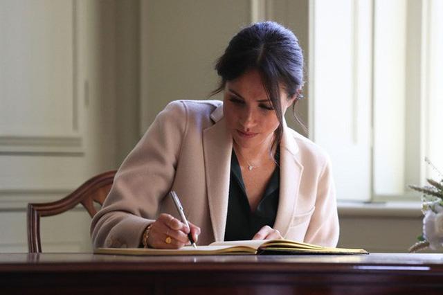 Tiết lộ mới gây sốc về việc Meghan đang nắm giữ điều bí mật này khiến Harry nổi giận, chị dâu Kate thì hoảng sợ - Ảnh 2.