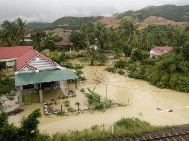 Nhà cửa bị vây trong biển nước ở Khánh Hòa nhìn từ trên cao - Ảnh 4.