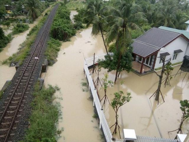 Nhà cửa bị vây trong biển nước ở Khánh Hòa nhìn từ trên cao - Ảnh 5.