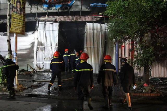 Hà Nội: Gara bốc cháy ngùn ngụt, thiêu rụi nhiều ô tô - Ảnh 7.