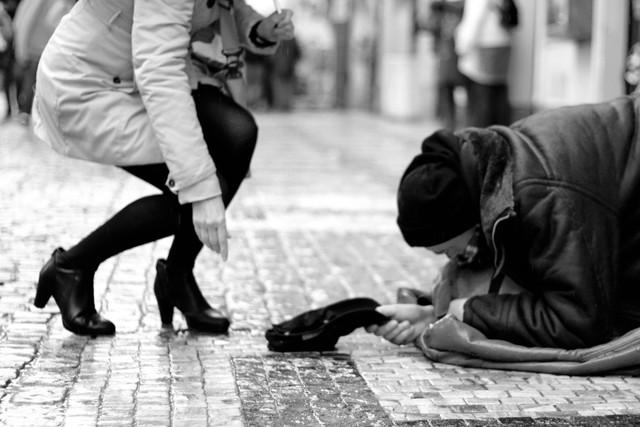 Nhất quyết không cho chú bé mồ côi một đôi giày mới: Tưởng là ác nhưng thực ra ông chủ đã dạy cậu bài học quý giá để trưởng thành mà ai trong chúng ta cũng cần ghi nhớ - Ảnh 2.